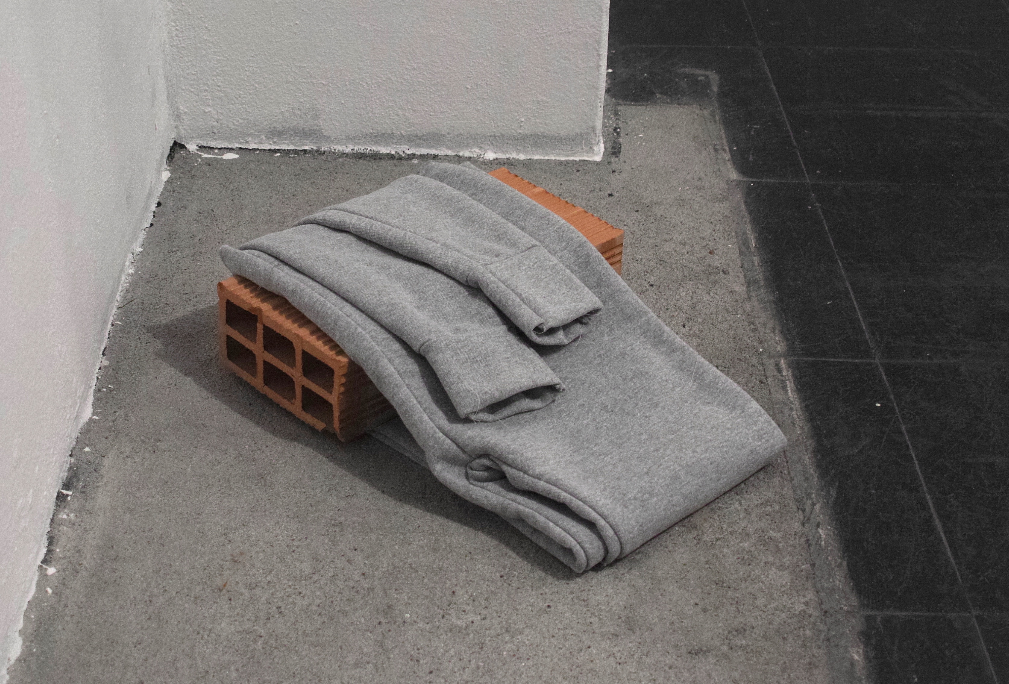 Of Brick and Plastic, 2018, Sewn sweatpants and ceramic brick, 30×40×10cm